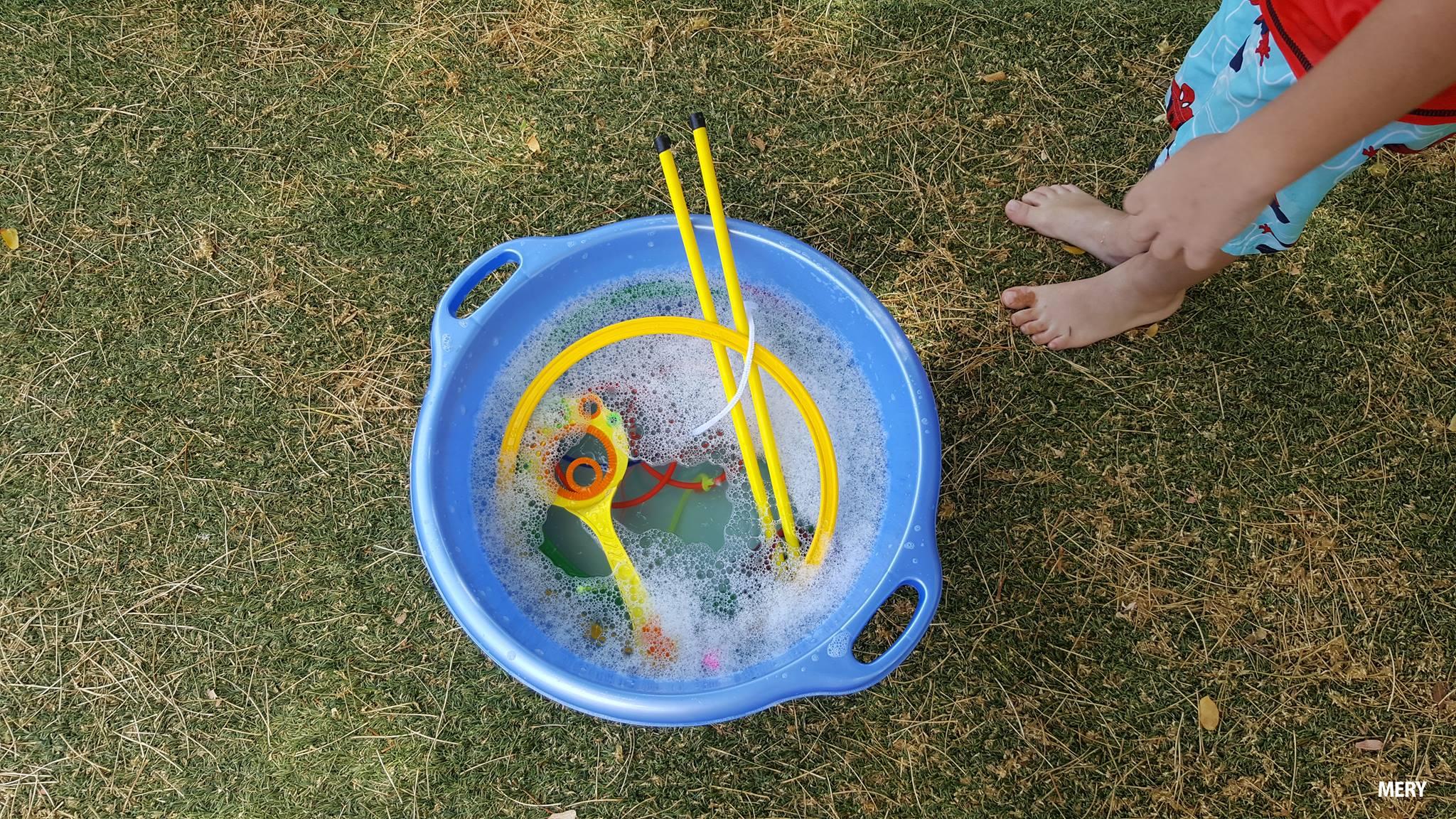 ילד וגיגית מים